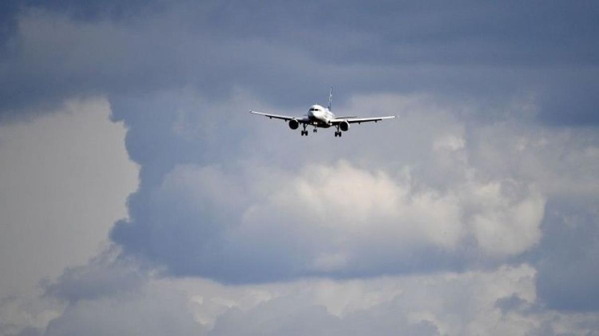 В России сразу три пассажирских лайнера совершили экстренную посадку из-за минирования - ситуация накаляется