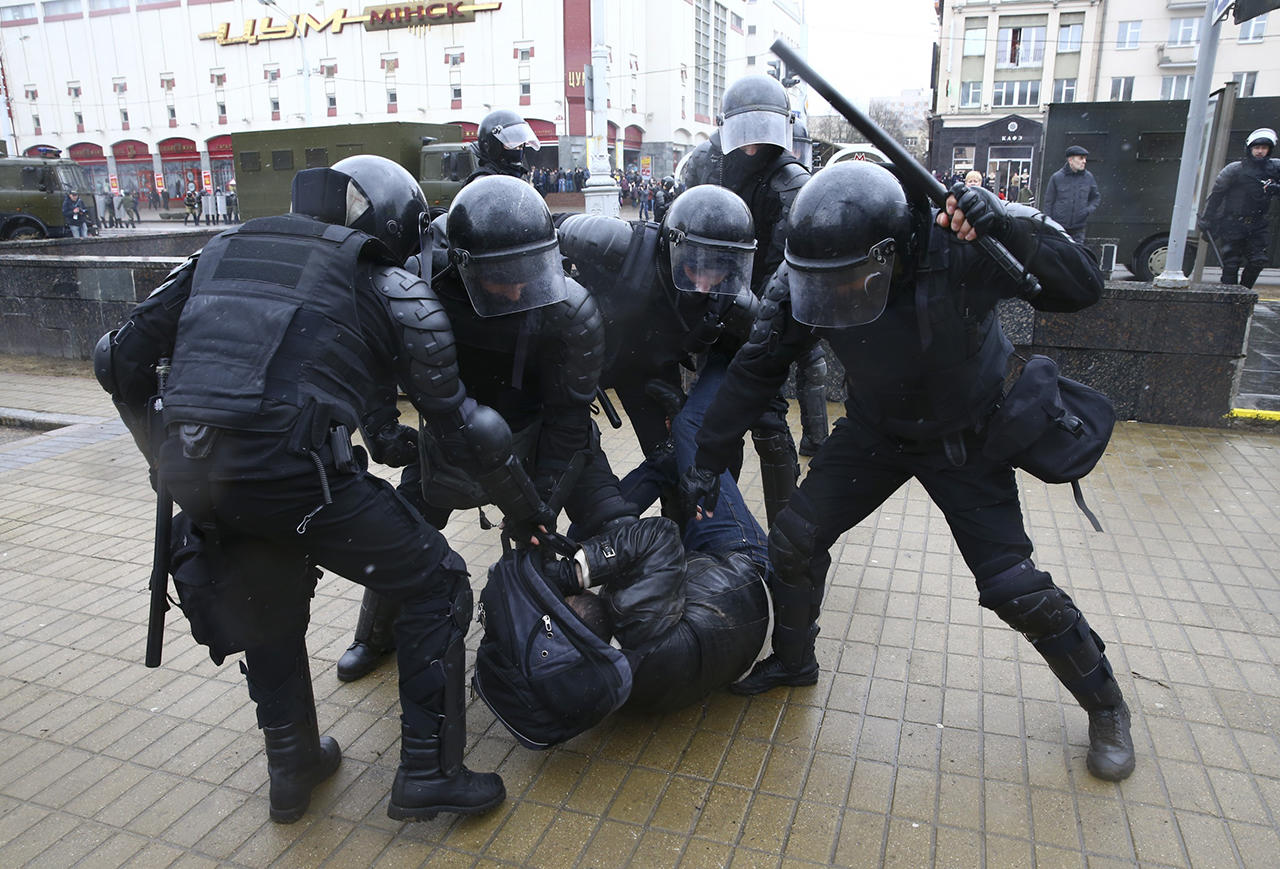 В Беларуси силовики избили участников оппозиционного митинга: опубликованы кадры