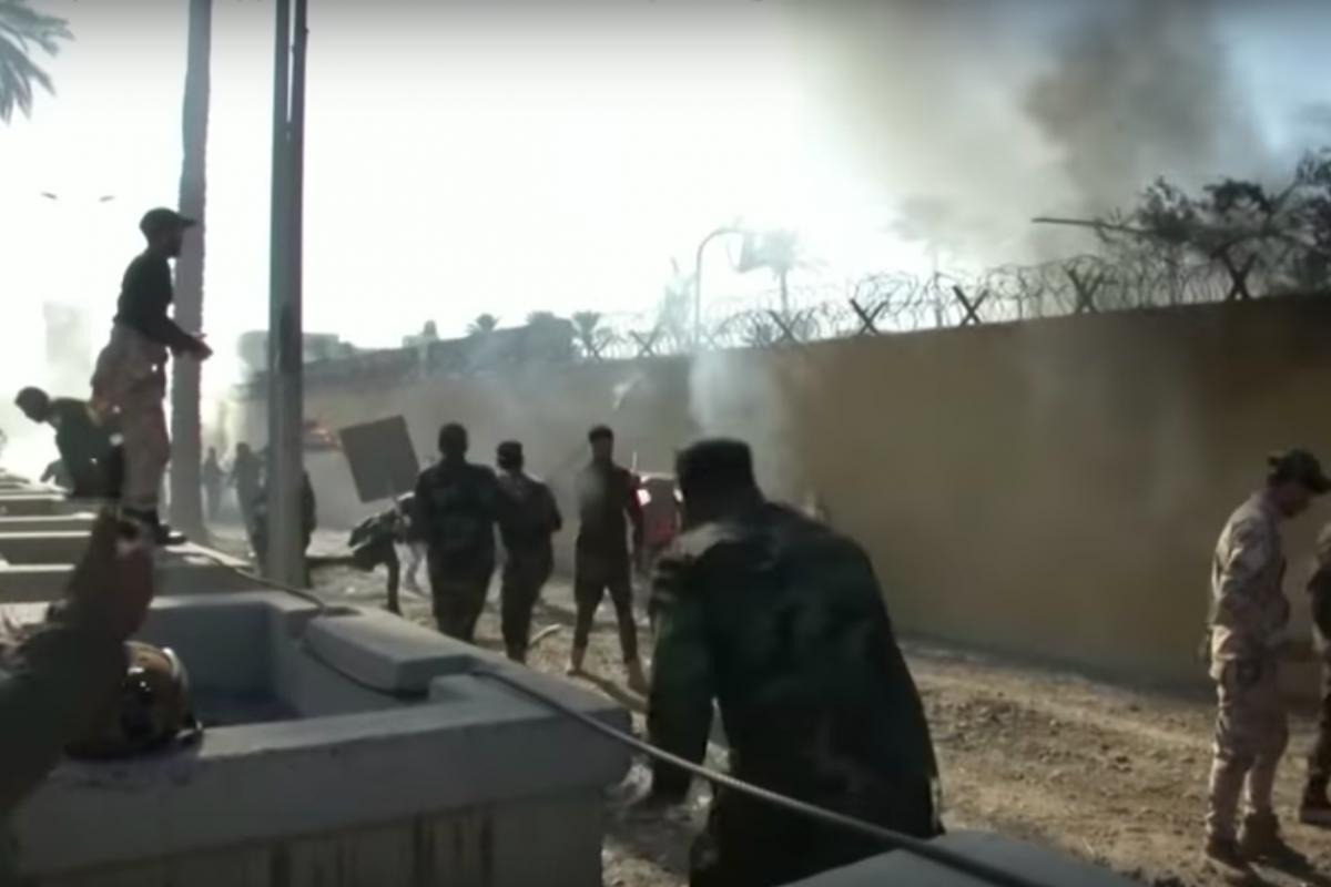 """Боевые вертолеты """"Апач"""" подняты в ответ на штурм посольства США в Багдаде, к месту направлены морские пехотинцы"""