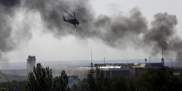 Над аэропортом Донецка вывешен белый флаг?