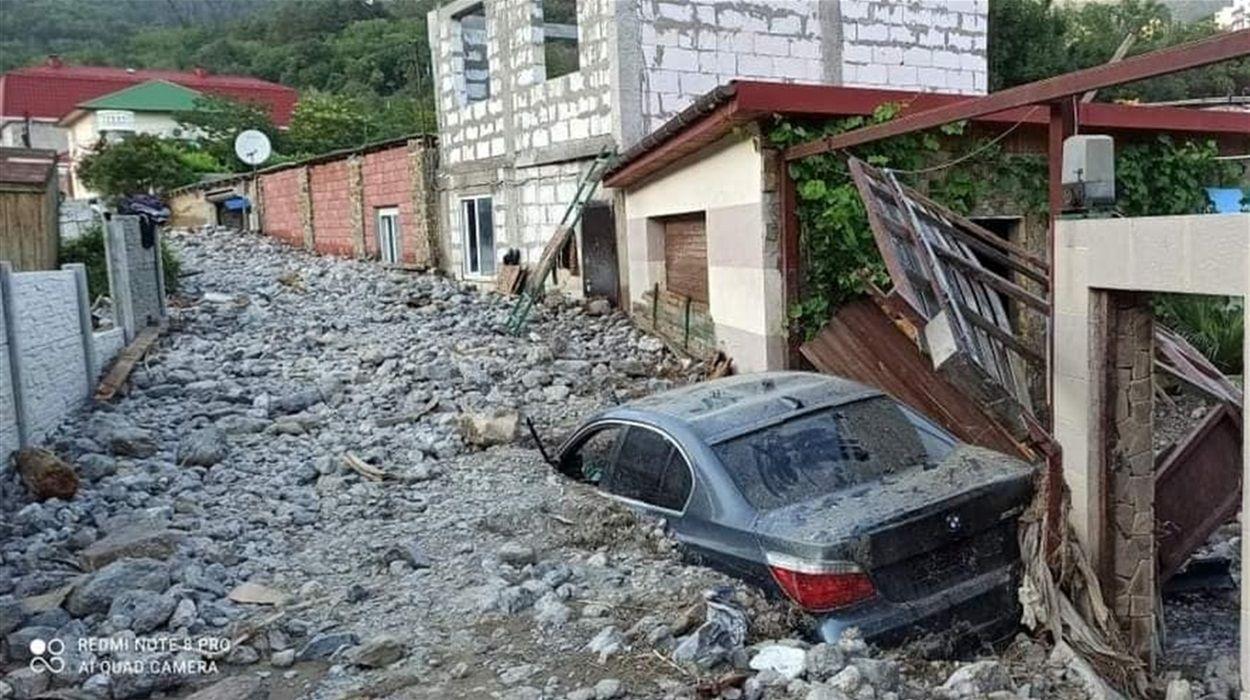 """""""Камни, камни, много камней"""", – в Сети показали кадры разрушительных последствий потопа в Ялте"""