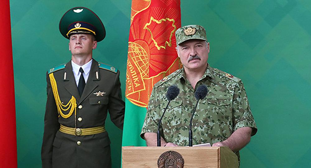 """Лукашенко: """"Вы нас упрекаете за то, что мы всей страной смотрим на Красной площади парад? Недоумки"""""""