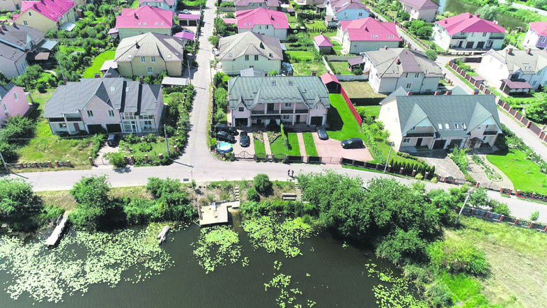 Двухэтажный дом у озера и Tesla: как живет спикер Верховной Рады Разумков