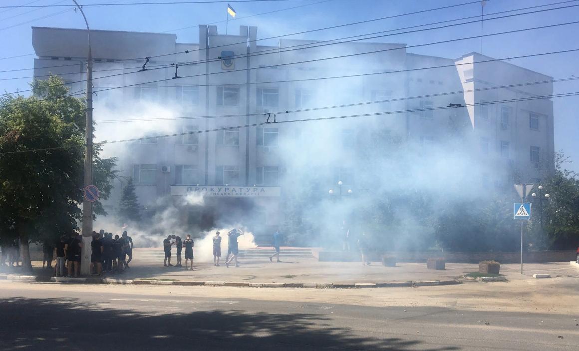 За дело облитой кислотой Гандзюк взялся Нацкорпус: прокуратуру в Херсоне пикетируют и жгут фаеры - кадры