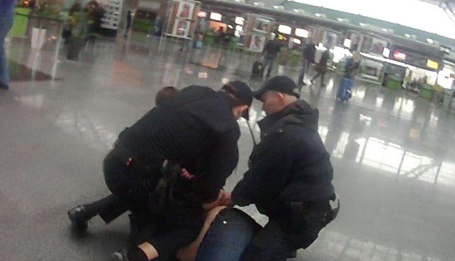 """Невменяемый иностранец с ножом напал на полицейских и сделал """"харакири"""" в аэропорту Борисполя"""
