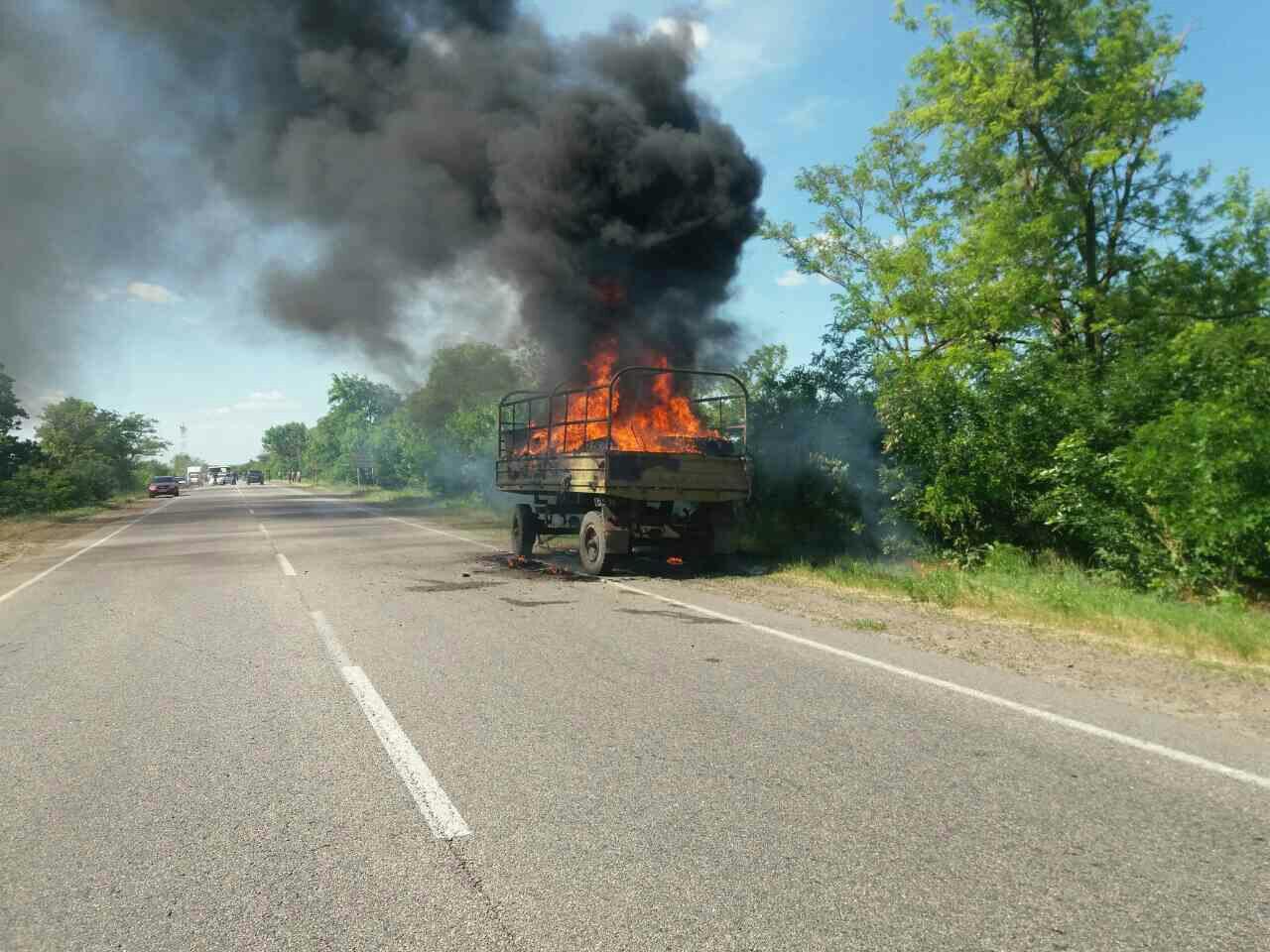 Военный грузовик с горючим сгорел прямо на трассе в Николаевской области: опубликованы кадры с места происшествия