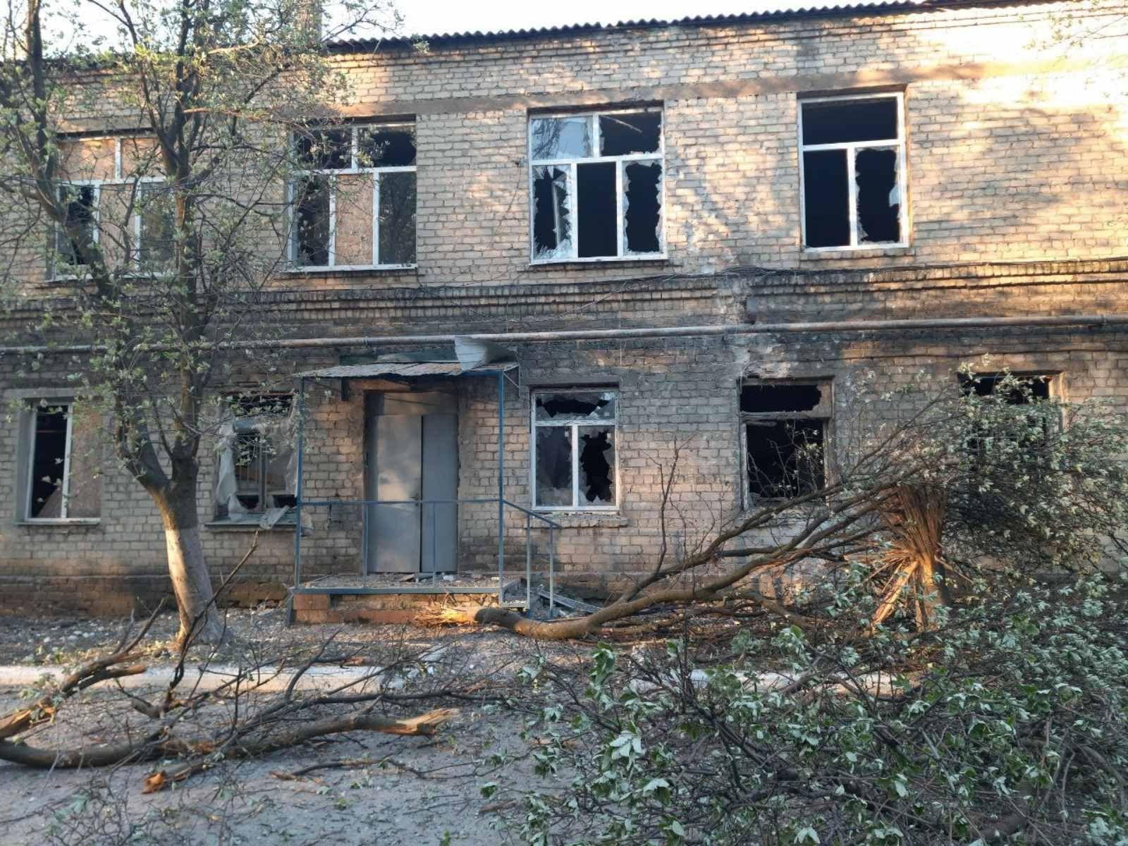 Российские войска обстреляли больницу с пациентами в Красногоровке – стекла выбиты, здание полностью обесточено
