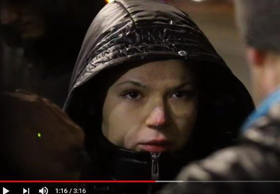 Появилось новое видео, как Елену Зайцеву привезли на место кровавого ДТП в Харькове: подозреваемая была в цепях и пыталась закрыть лицо капюшоном - кадры