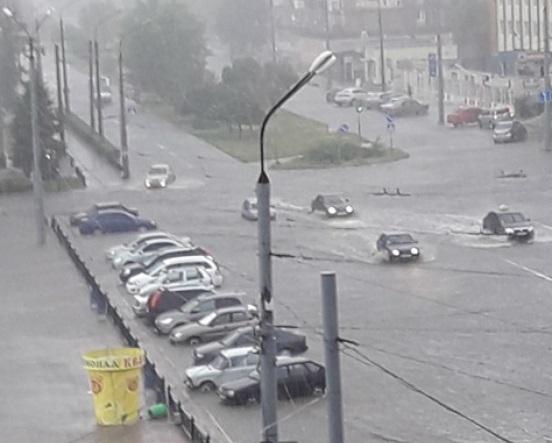 """Северодонецк """"атаковал"""" мощнейший ливень с ураганом: стихия крушила билборды и вывески магазинов, машины еле-еле передвигались по залитым улицам"""