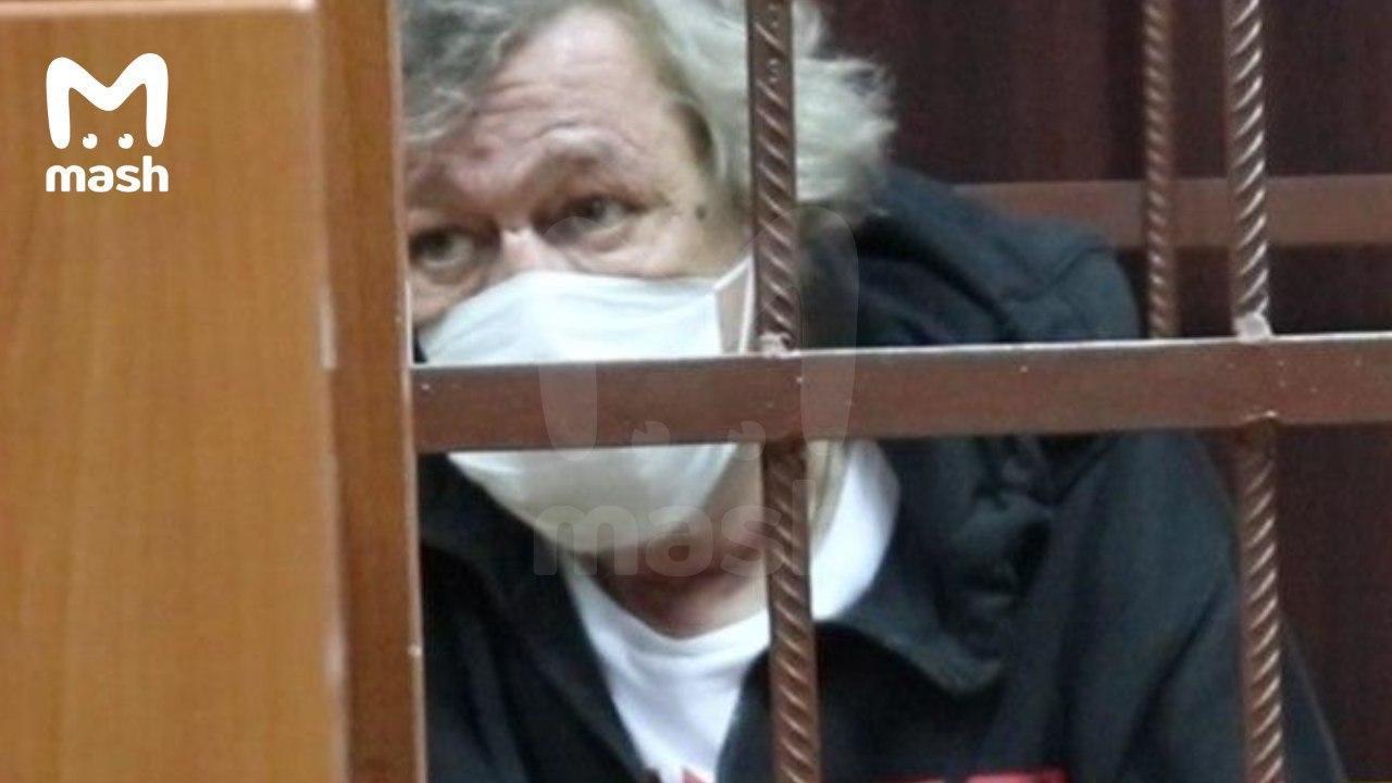 Михаил Ефремов мог пытаться покончить с собой: на фото из суда заметили следы на теле