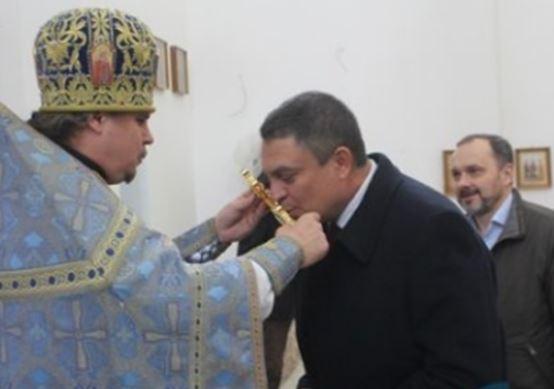 """""""Захарченко это не помогло и ему не поможет"""", - Пасечник, целующий православный крест, возмутил соцсети - фото"""