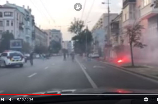 Массовая драка в Киеве: появились кадры потасовки болельщиков Голландии и Украины