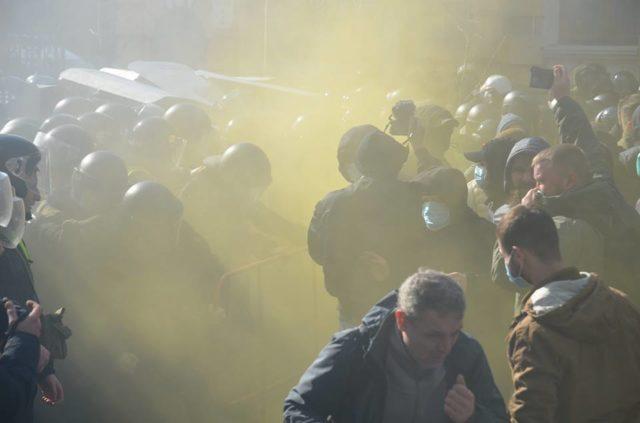 Киев в дыму и огне, раздаются взрывы: в столице масштабные уличные столкновения - кадры