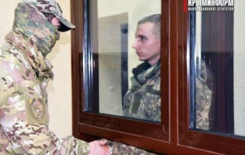 Мощное фото, которое станет историей: плененный РФ украинский моряк смело смотрит в глаза оккупанту и предателю