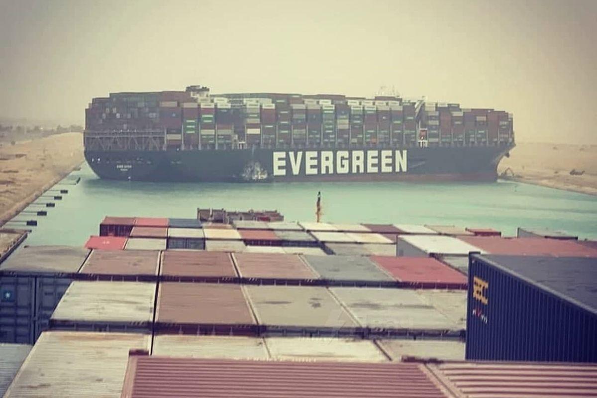 """Корабль перекрыл Суэцкий канал, """"нарисовав"""" в океане фигуру в форме пениса, – сотни судов заблокированы"""