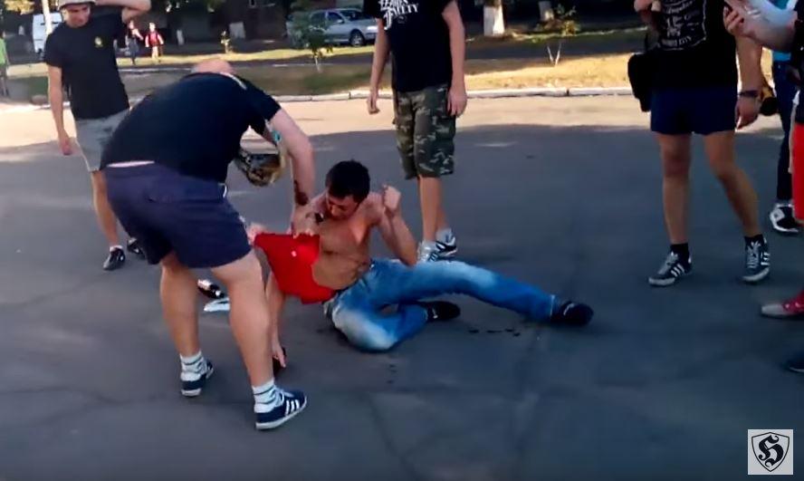На Кировоградщине мужчину в футболке с надписью КПУ жестко отправили в нокдаун
