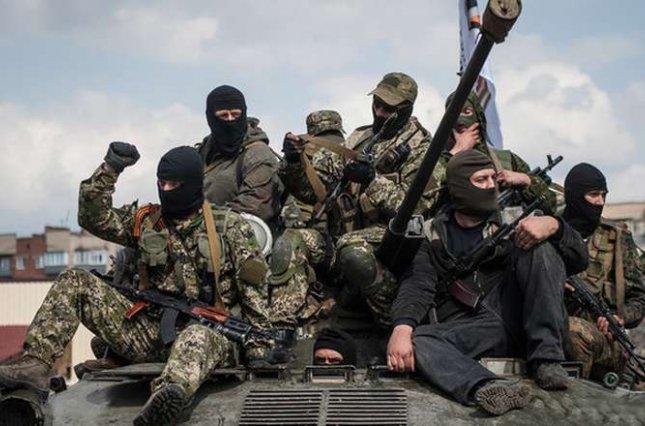 На луганском направлении российские военные пытались прорваться поближе к позициям сил АТО, у Крымского произошел бой - кадры