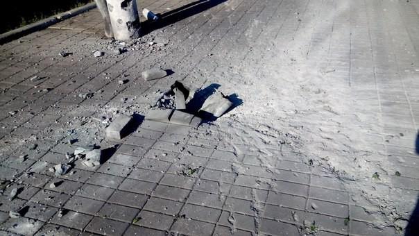 Фотофакт: снаряд упал возле Макеевского железнодорожного вокзала