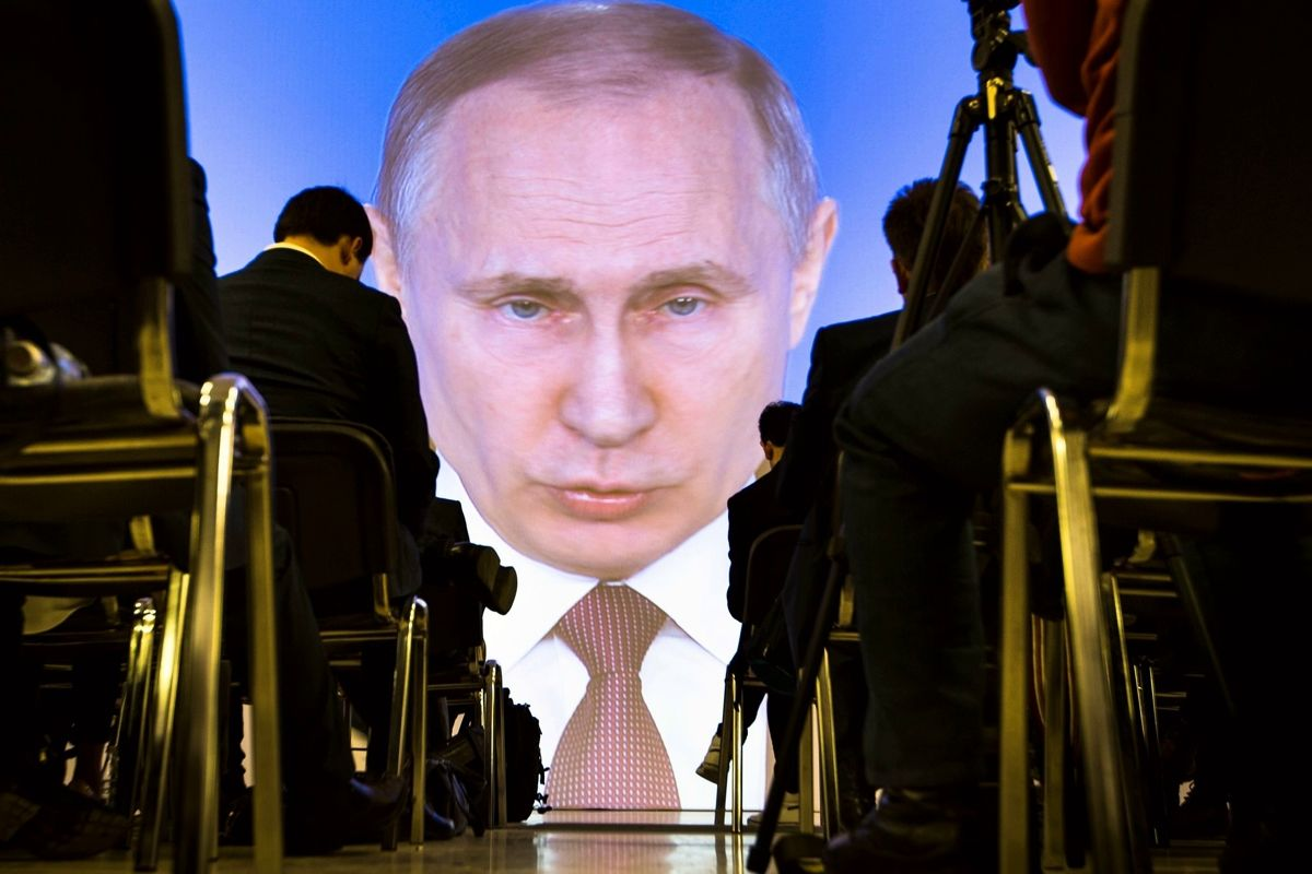 """Путин с Донбассом готов выложить последний """"козырь"""" – Кремль попросит у Совфеда разрешение применить войска"""