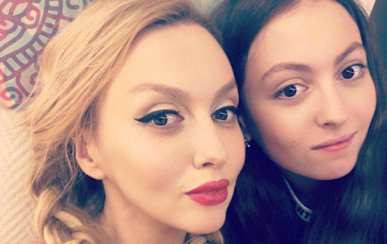 """""""Скоро будет баба Оля"""", – в Сети раскритиковали дочь Поляковой за поцелуй на камеру"""