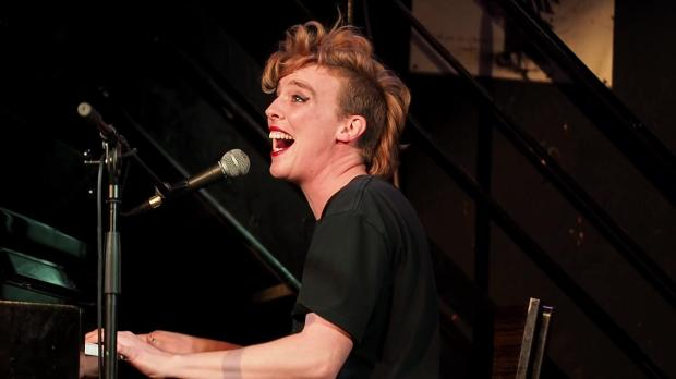 Смерть под аплодисменты: французская певица умерла в храме во время концерта