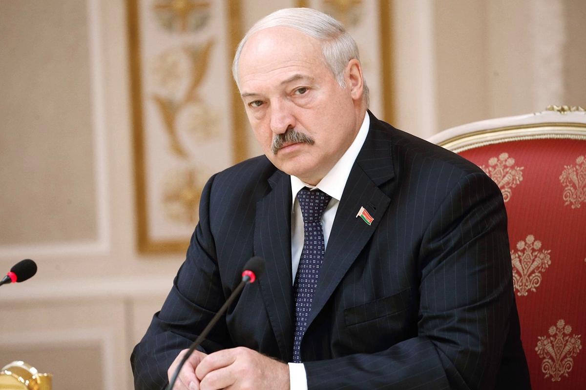 """Лукашенко на встрече с Совбезом пообещал """"навести порядок"""" и посоветовал белорусам """"не высовываться"""""""