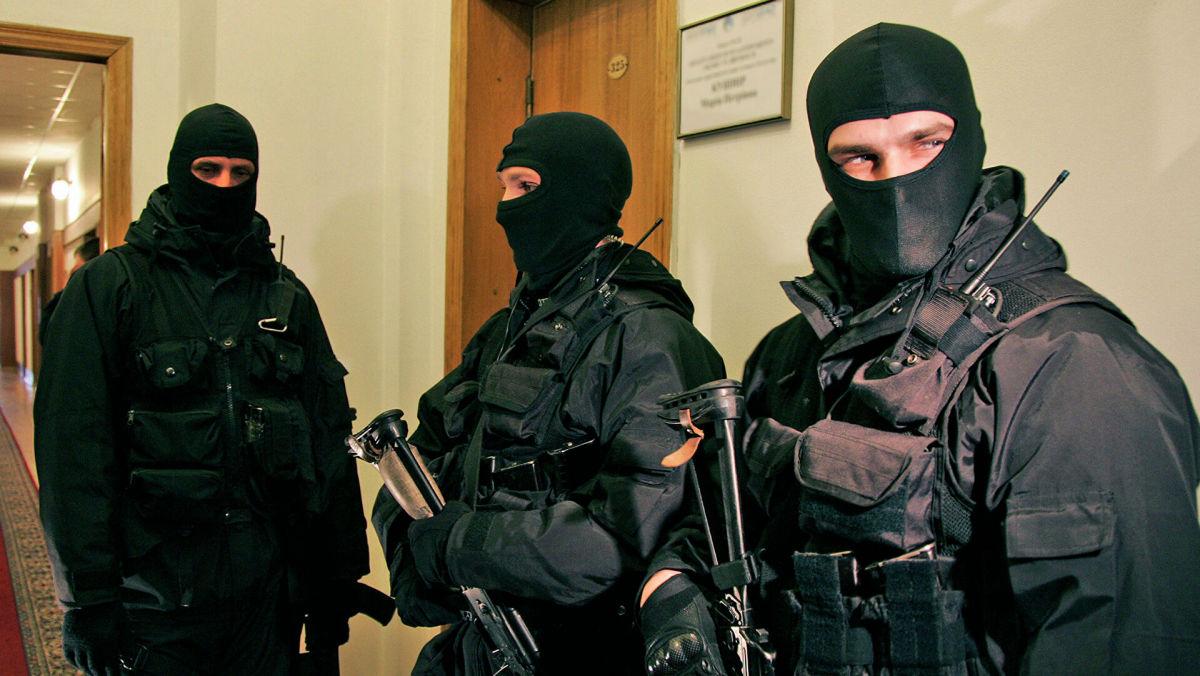 """СБУ нагрянула с обысками на """"заправки Медведчука"""": """"У нас маски-шоу во всех офисах. Пломбируют колонки, отключают камеры"""""""