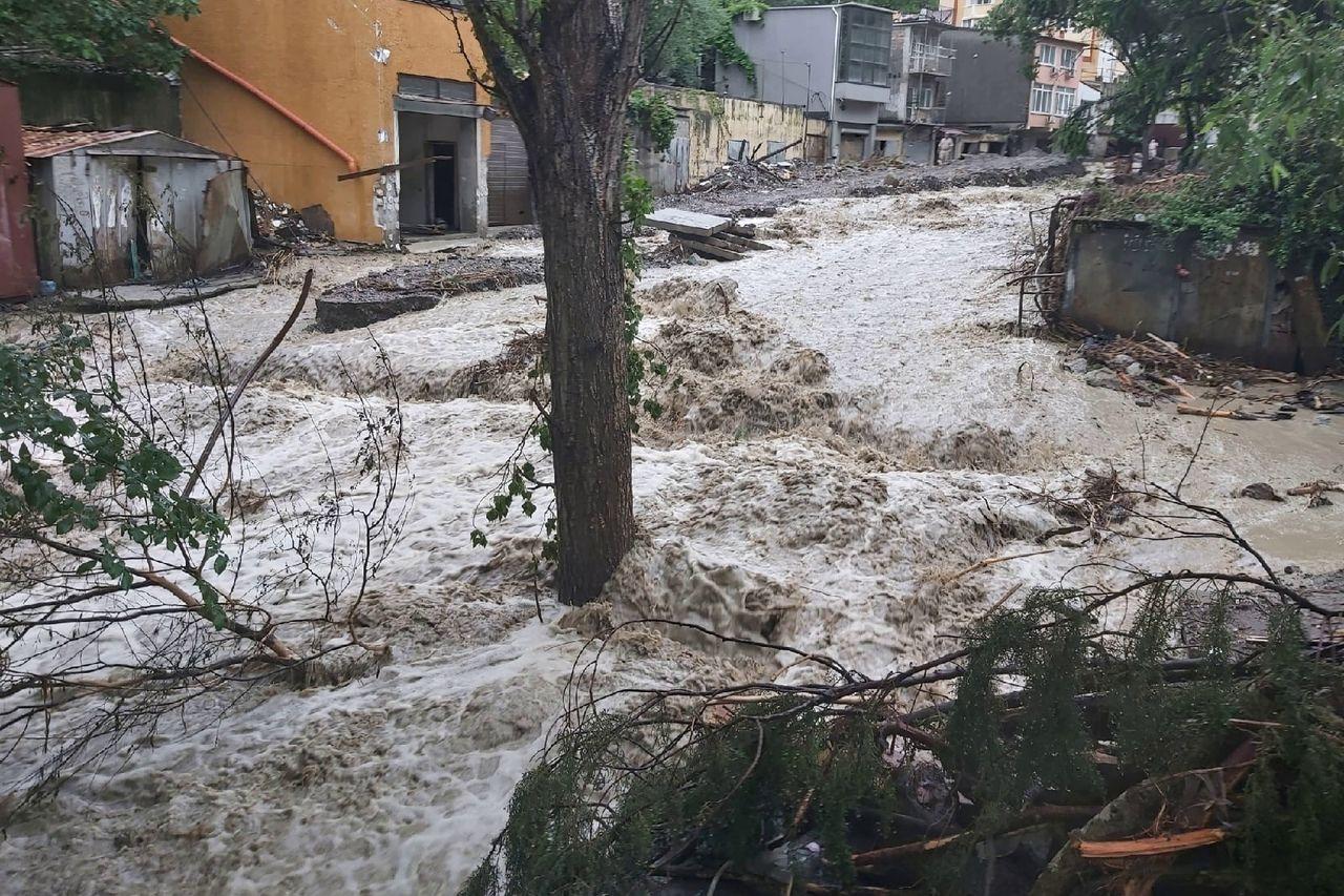 """""""Вторая серия"""": на Ялту обрушились ливень и наводнение, дороги затоплены, поток воды снес экскаватор"""