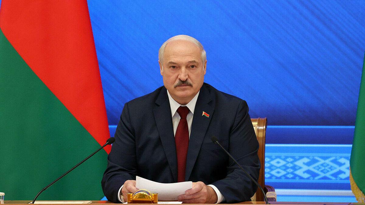 """Лукашенко узрел угрозу и намерен реагировать: """"В Украину тащат натовские войска"""""""