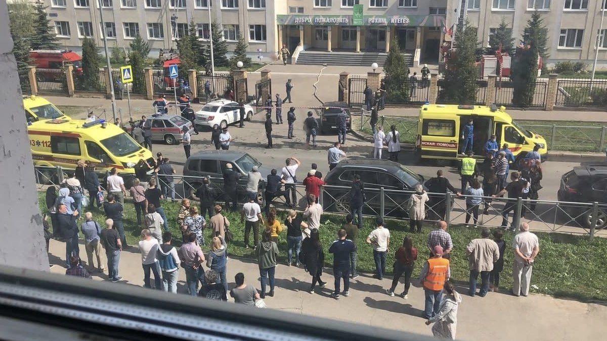 Стрельба и взрывы в школе Казани: одного из нападавших задержал спецназ