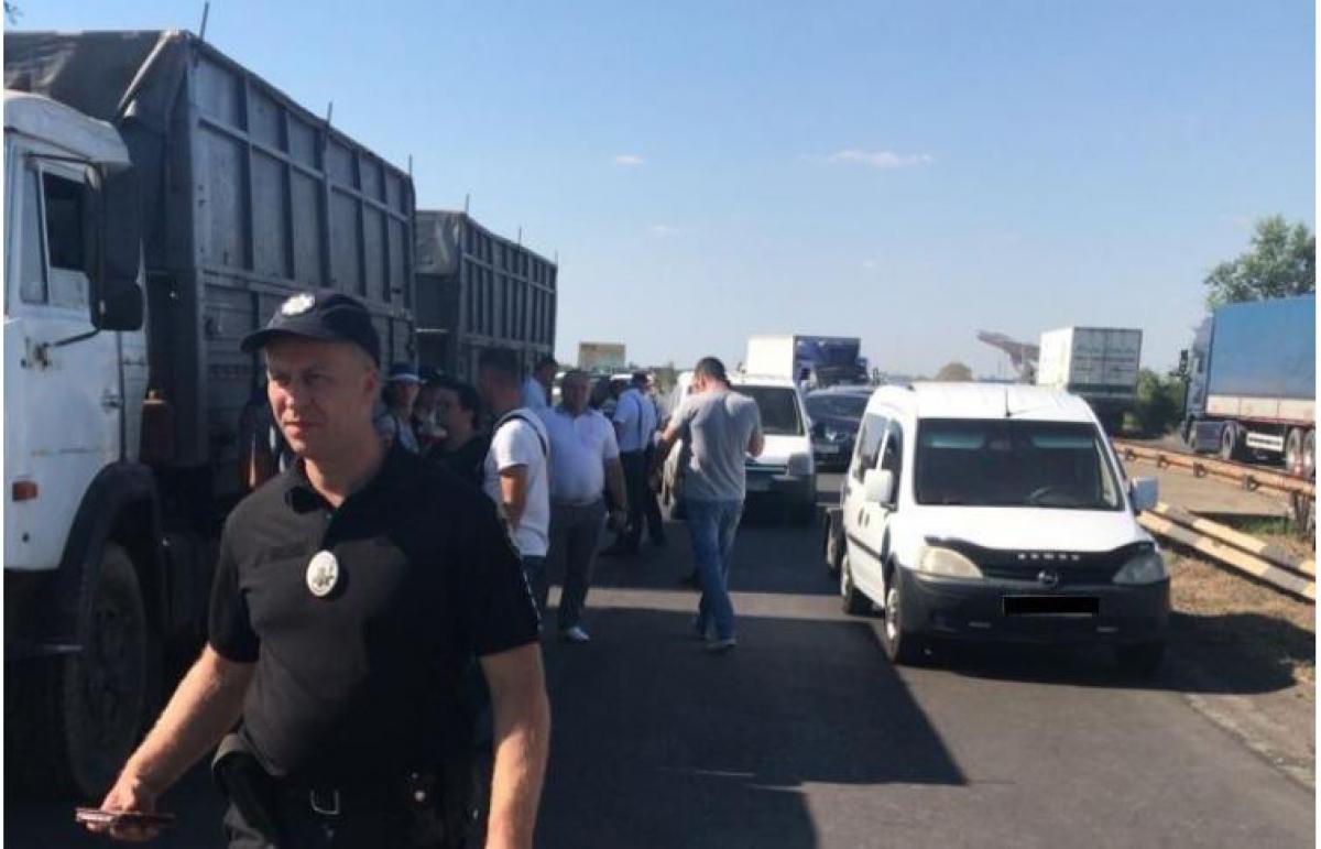 """Под Николаевом масштабное ДТП с """"КамАЗом"""" и 8 легковушками"""