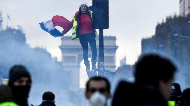 Уличные протесты в Париже: участники строят баррикады, полиция применила газ и водометы – кадры