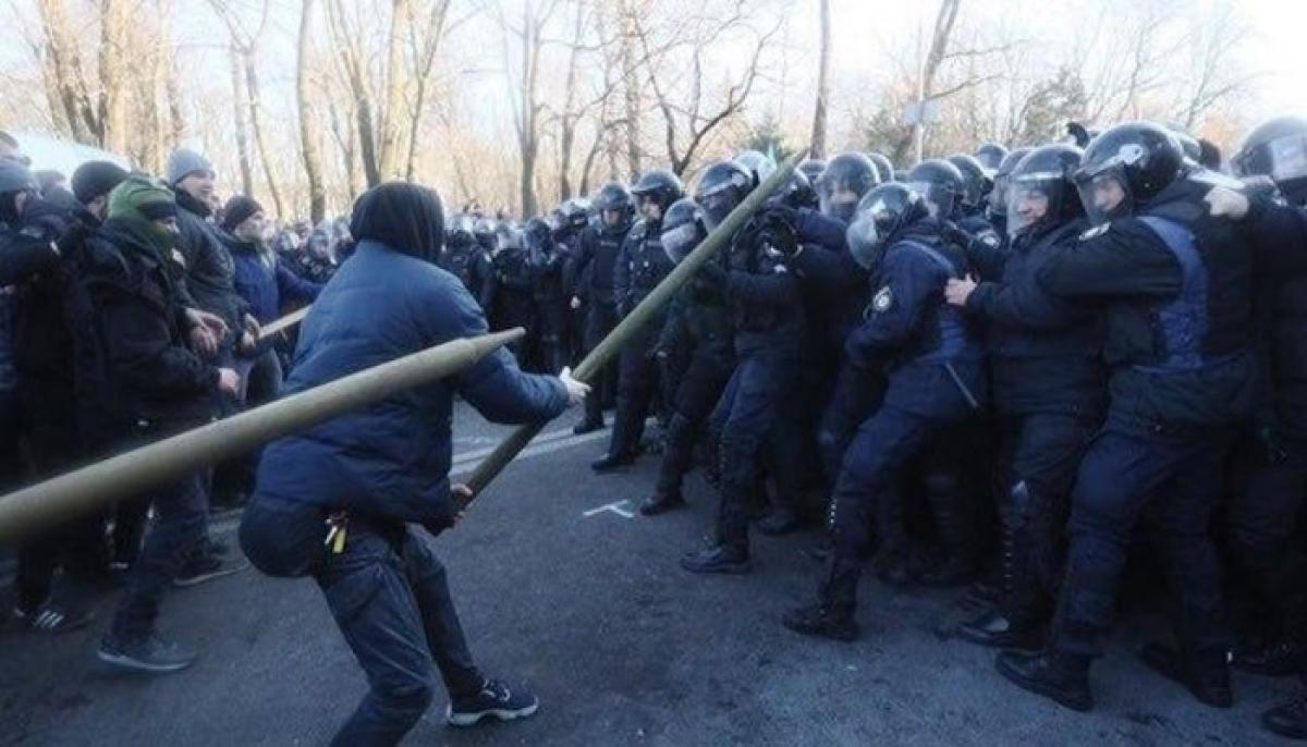Не на жизнь, а на смерть: националисты набросились на полицейских с огромными дубинами