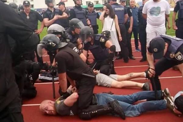 Ветеран АТО, который демонстративно отказался пожать руку Порошенко, был арестован с ультрас