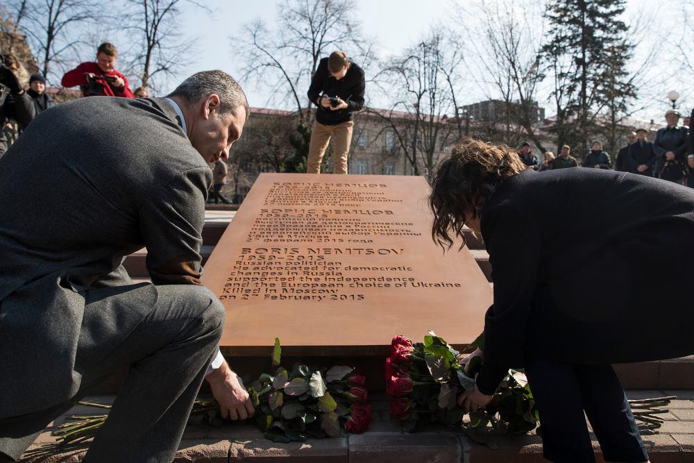 Россияне теперь каждый день будут проходить сквер памяти Бориса Немцова в Киеве - кадры