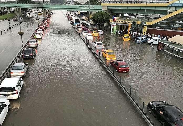 Стамбул превратился в Венецию: из-за сильных ливней турецкий город оказался под водой - кадры