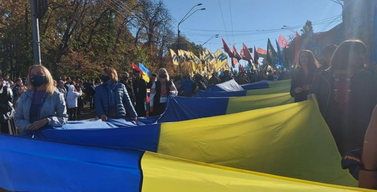 """Марш """"Бой колаборантам!"""" в Киеве: люди пришли под ОП, кадры мероприятия облетели Сеть"""