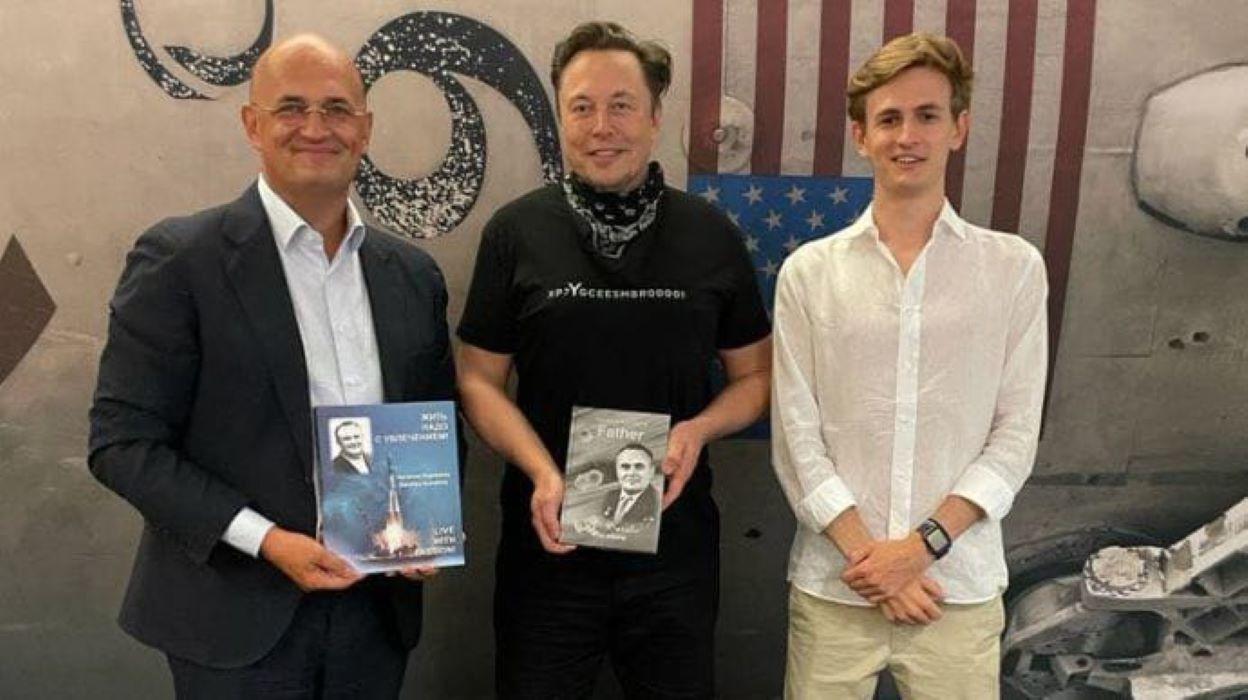 Маск провел незабываемую экскурсию внуку и правнуку Королева по SpaceX