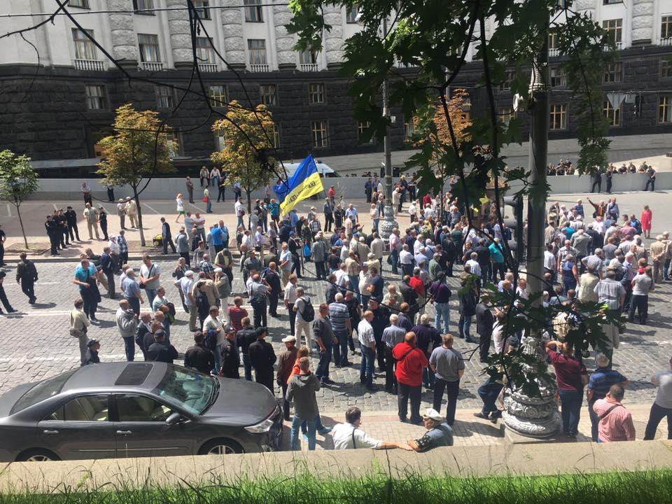 Пенсионеры МВД перекрыли центр Киева - произошли первые стычки с полицией