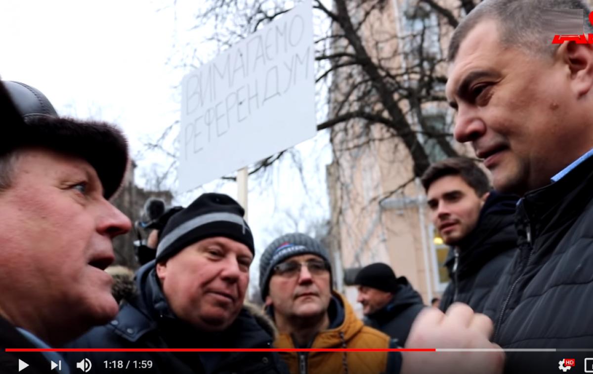 """Юзик под крики """"Брехло!"""" сбежал от активистов в центре Киева после неудобного вопроса: видео"""