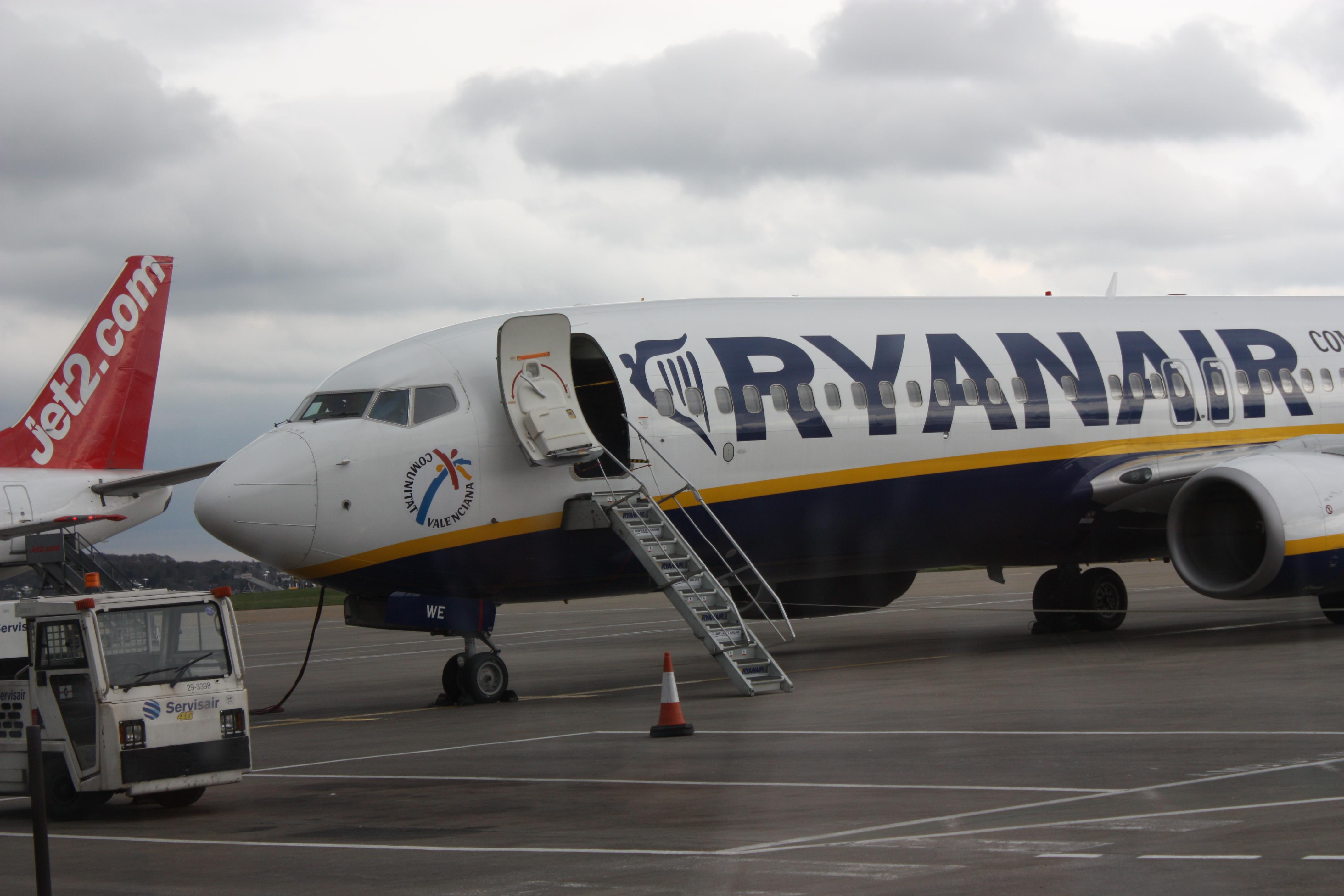 Пассажиру рейса Ryanair удалось отснять на видео жесткую посадку лайнера Boeing - кадры