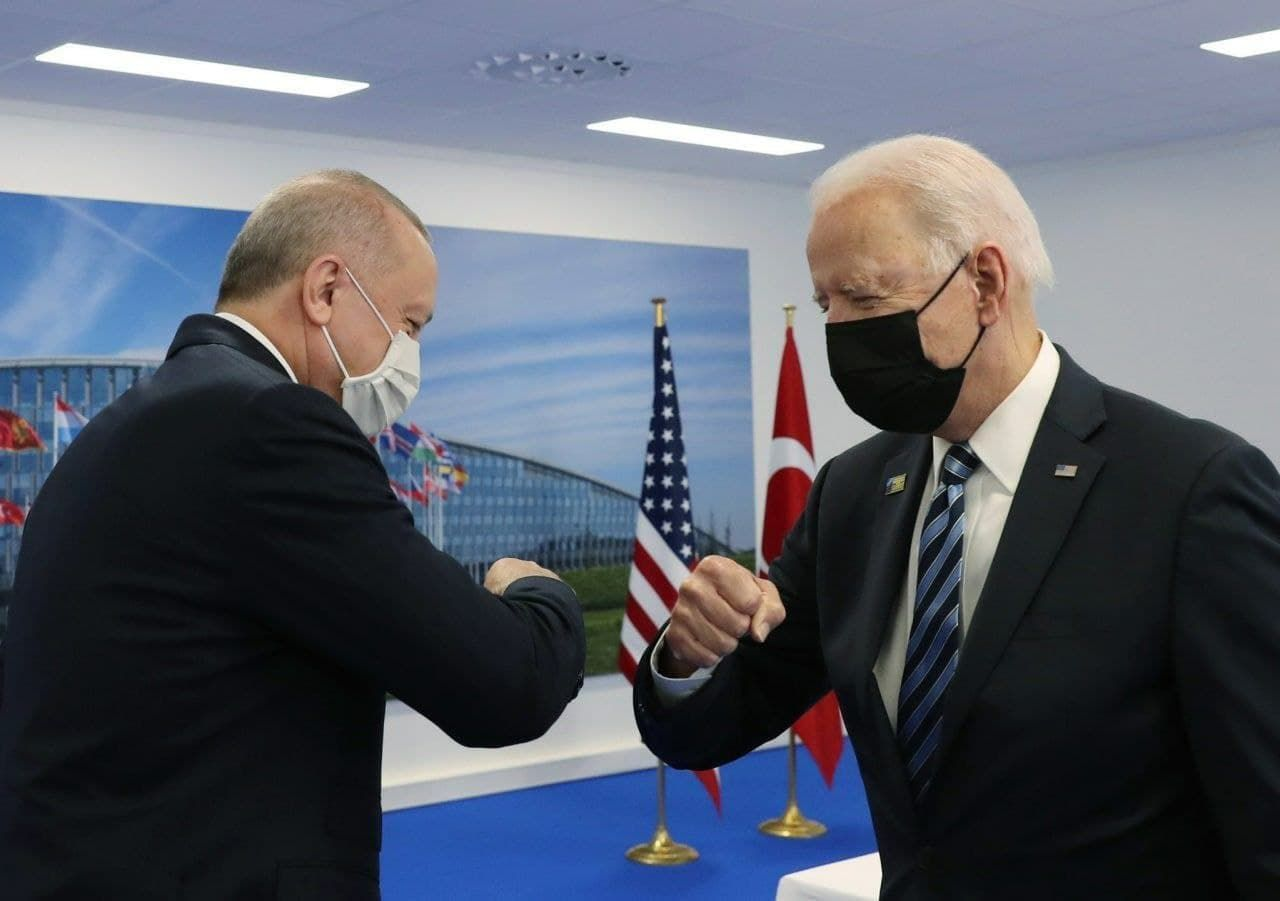 """Байден и Эрдоган начали """"критическую"""" встречу на полях НАТО: первые подробности"""