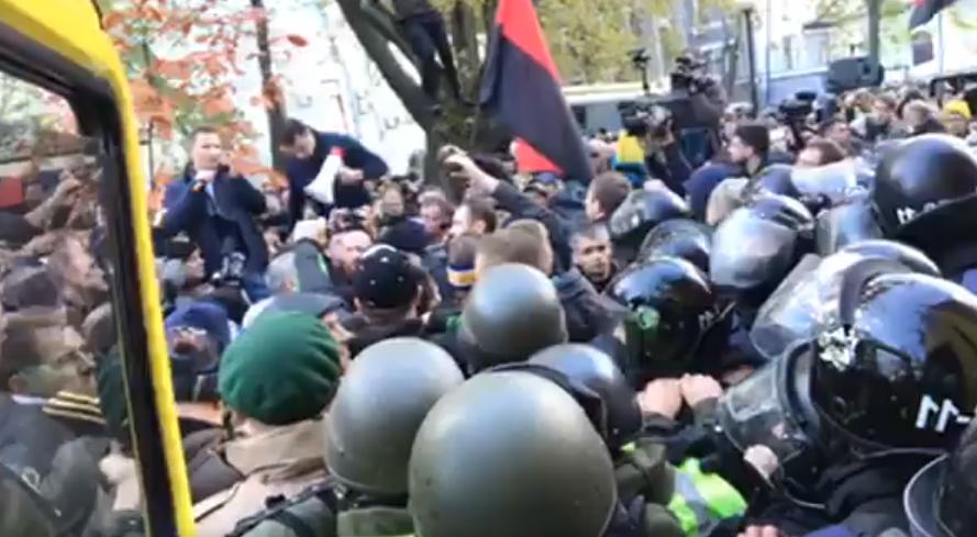 Под Верховной Радой драка - полиция применила слезоточивый газ для разгона активистов: нардеп опубликовал первое видео. Кадры