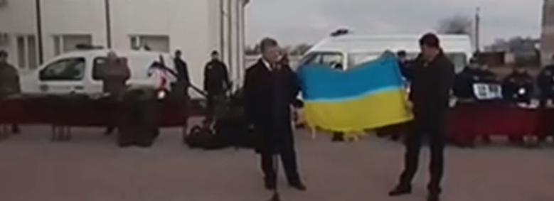 Порошенко показал в Харькове флаг Украины, из-за которого в суде россияне пытались побить сторонников Савченко