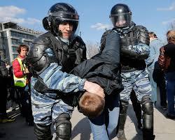 Россиян возмущает борьба с коррупцией: за желание провести антикоррупционный митинг до полусмерти избит сторонник Навального (видео)