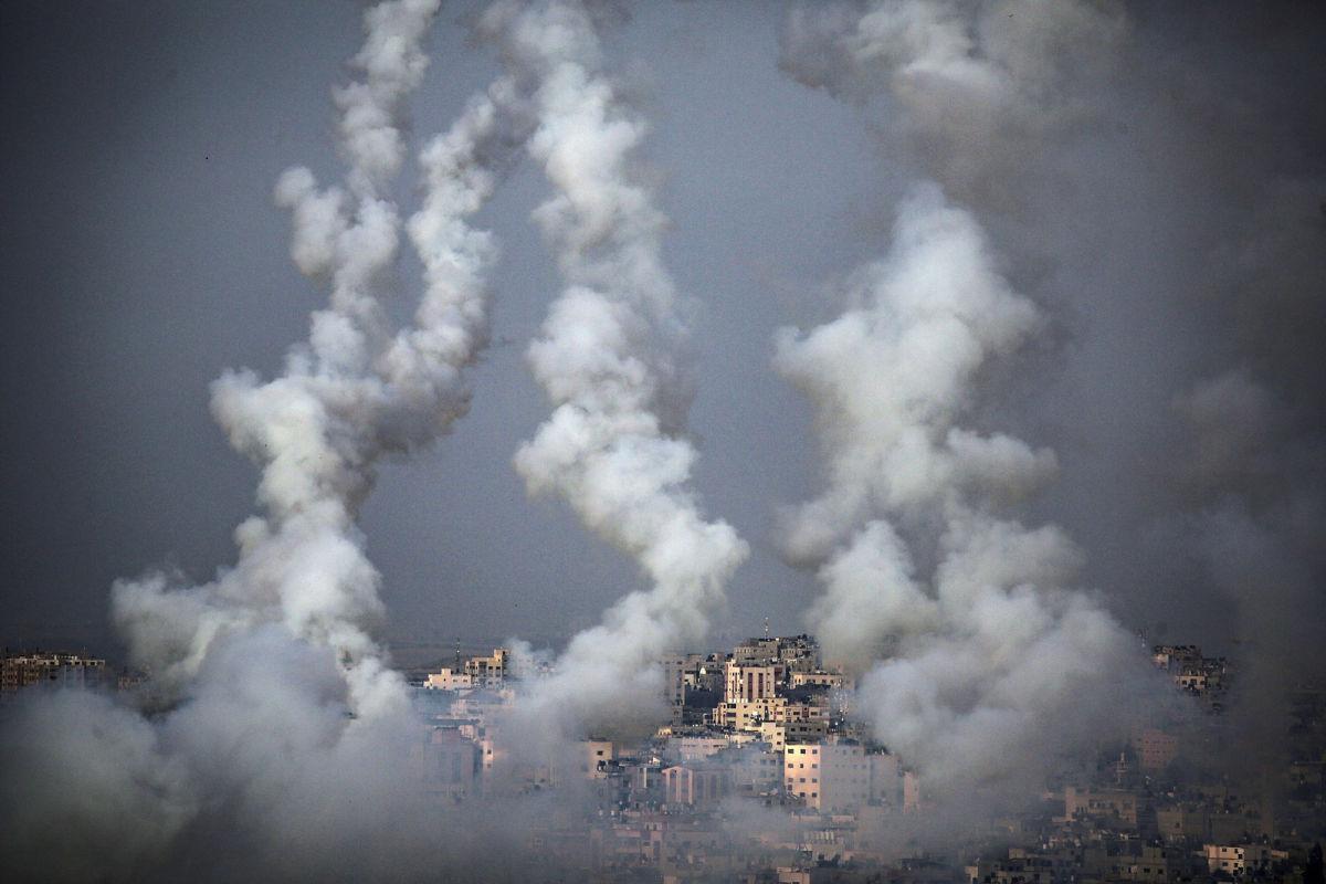 """Израиль ответил ХАМАСу и ракетами разбил в секторе Газа башню """"Аш-Шурук"""" - момент попал на видео"""