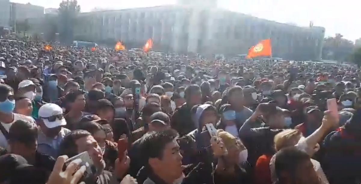 Вслед за Беларусью восстала Киргизия: тысячи людей вышли на улицы Бишкека