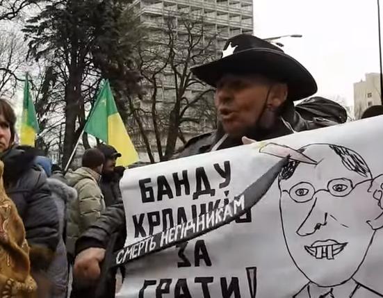 """Разгневанные участники проплаченного пикета у ВР заблокировали автобус с сотником и пожаловались полиции на """"кидалово"""""""