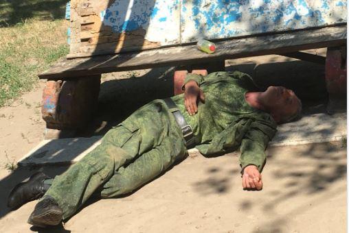 """""""Отдыхает после боя с НАТО"""": """"уставший"""" боевик с оккупированного Донецка стал посмешищем соцсетей - кадры"""