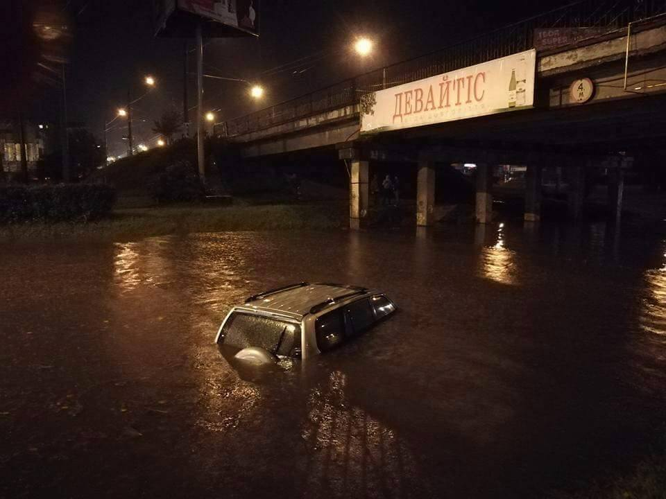 Страшная непогода на Прикарпатье: на Ивано-Франковск обрушилась ужасная буря - соцсети делятся кадрами погодного апокалипсиса